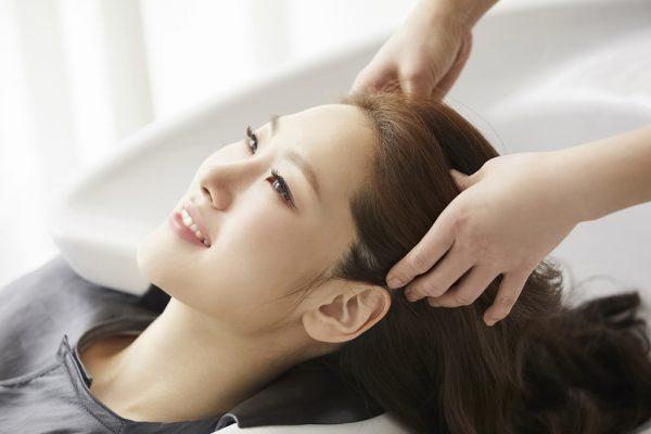 皮脂が頭皮に付着する原因とは?ヘッドスパで皮脂の汚れを除去できる理由