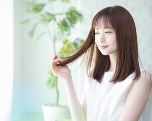 髪の傷みの原因とは、毎日のブラシやヘアトリートメントで改善する