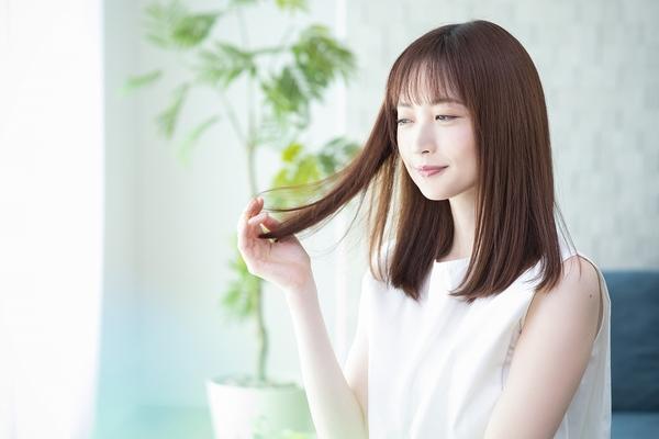 髪の傷みの原因とは、毎日のブラシやヘアトリートメントで改善するサムネイル